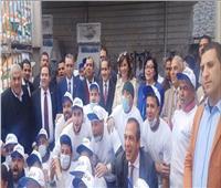 بهتافات تحيا مصر .. وزيرة الهجرة تلتقط صورة تذكارية مع عمال الدهانات بأحد مصانع الغربية