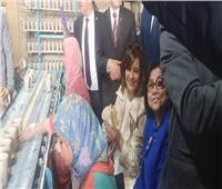 بالفيديو  وزيرة الهجرة تجلس على «بستلة» لتصنيع أدوات المائدة بالغربية