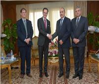 وزير الطيران المدني يلتقي سفير فرنسا بالقاهرة لتعزيز العلاقات الثنائية