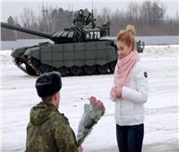 تقاليع| ضابط روسي يستعين بالدبابات ليطلب يد حبيبته