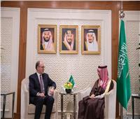 السعودية تبحث مع «معهد دول الخليج العربية بواشنطن» التعاون الثنائي