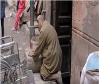 شاهد| صاحب عقار يطرد مسن مصاب بضمور العضلات من سكنه بعد رفع الإيجار