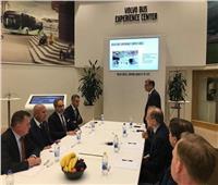 وزير النقل يزور مصانع فولفو ويبحث التعاون لإنشاء نظام الحافلات السريعة
