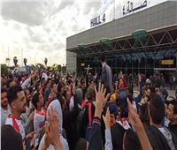 جماهير الزمالك تشعل مطار القاهرة في استقبال «أبطال السوبر» | صور