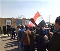 جنازة مبارك | مواطنون يودعون جثمان الرئيس الأسبق مبارك بالأعلام أمام مسجد المشير.. فيديو