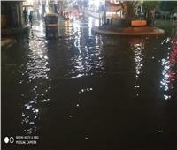كسر خط مياه رئيسي يغرق الشوارع بزفتى