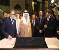 «خالد عناني» يتسلم كسوة الكعبة لمتحف الآثار بالعاصمة الإدارية الجديدة