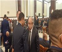بالفيديو| حبيب العادلي يصل عزاء الرئيس الراحل مبارك