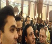 فيديو| محمد رمضان يلتقط صورًا مع المواطنين في عزاء «مبارك»