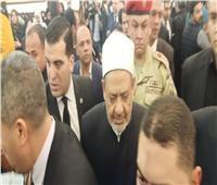 فيديو| شيخ الأزهر يصل عزاء مبارك