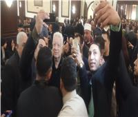 مرتضى منصور يلتقط السيلفي في عزاء مبارك