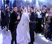 صور| تامر حسني يُشعل زفاف «عمر ومريم»