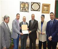رئيس جامعة الأزهر ونائب الدراسات العليا يكرمان مجلس تحرير مجلة البحوث الإعلامية