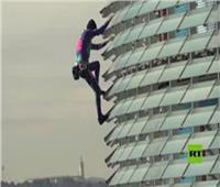 فيديو | «سبايدرمان» يتسلق قمة مبنى إرتفاعه 38 طابقا في برشلونة