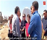 العناني يحاور وفدا سياحيا بالفرنسية في الأقصر.. ماذا قالوا عن مصر؟