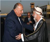 سامح شكري يصل سلطنة عُمان.. و«بن علوي» في استقباله
