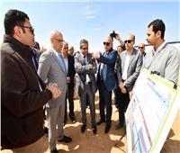 وزير الإسكان يتفقد مشروعات المرافق وتطوير المحاور الرئيسية بـ٦ أكتوبر