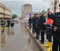 محافظ القليوبية يتابع أعمال شفط المياه الناتجة عن الأمطار في مدينة بنها