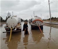 بالصور| رئيسة وحدة محلية تغوص في المياه لمتابعة شفط الأمطار