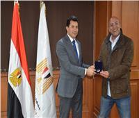 وزير الرياضة يكرم شباب «رسكيو سكواد» المتطوعين لإنقاذ العالقين جراء السيول