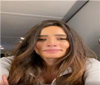 فيديو.. زينة تعتذر لجمهورها وتنصحهم بالبقاء فى المنزل