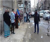 أمن الإسكندرية يخلي سوق الجمعة من الباعة للوقاية من «كورونا»