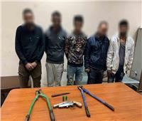 ضبط 5 مسجلين بتهمة سرقة كمية حديد تسليح في النزهة