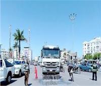 شباب متطوع يعقم ويطهر السيارات بشوارع الغردقة