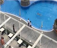 بكل حزم| القبض على سائحة في حمام السباحة لاختراقها الحجر الصحي بإسبانيا