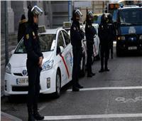 الشرطة الإسبانية تغني للمواطنين وتحتفي بالطواقم الطبية للتخفيف من معاناة كورونا