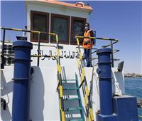 تطهير الوحدات البحرية والقاطرات بميناء الزيتيات