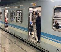 بالصور| وزير النقل يفاجئ العاملين بمترو الشهداء قبل ساعة ونصف من الحظر