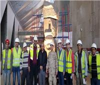 رفع وتثبيت وإضاءة القطع الأثرية الثقيلة على الدرج العظيم بالمتحف المصري الكبير