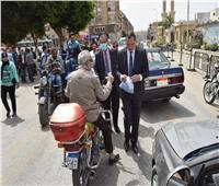 رئيس جامعة سوهاج يوزع «كمامات» على المواطنين