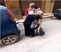 فيديو| كادت تسقط من شدة الفرحة.. لحظة استقبال مُسنة لابنها المتعافي من «كورونا»