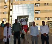 محافظ أسوان يقدم الهدايا والورود للأطقم الطبية والمرضى بمستشفى العزل