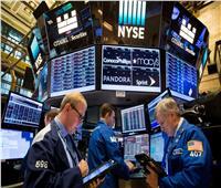 الأسهم الأمريكية تهوى وتغلق على انخفاض مع تنامي مخاوف فيروس كوفيد-19