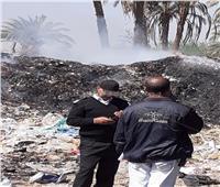 صور| السيطرة على حريق في تلال للقمامة بنجع حمادي