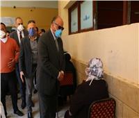 محافظ القاهرة يتفقد عملية صرف المعاشات بالمدارس