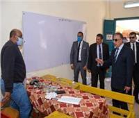 محافظ القاهرة ومدير المديرية يتفقدان إجراءات صرف المعاشات بالمدارس