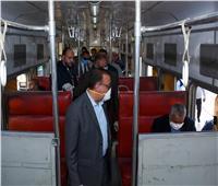 محافظ الإسكندرية يستقل وسائل النقل العام ويتفقد توافر السلع بالمجمعات الاستهلاكية