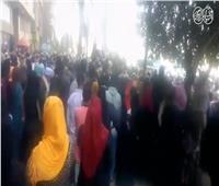 فيديو.. زحام أمام البنوك بعد شائعة صرف الـ500 جنيه إعانة