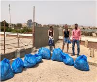 أجانب مقيمون بسفاجا ينظفون الشواطئ العامة خلال فترة إغلاقها
