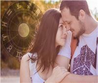 خبيرة أبراج توضح صفات رجال في الحب حسب برجهم.. وهذه نصيحة للمراة