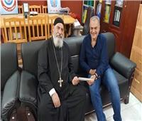 وكيل مطرانية الأقباط الكاثوليك بالبحر الأحمر يدعم مديرية الشئون الصحية بملغ مالي