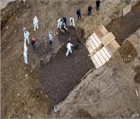 شاهد| مقابر جماعية لضحايا فيروس كورونا في أمريكا
