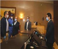 العناني يتفقد أعمال التعقيم والتطهير الجارية بأحد الفنادق السياحية بالقاهرة