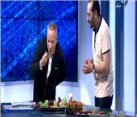 فيديو| رغم تحذيرات الأطباء.. أحمد موسى يتناول الفسيخ على الهواء