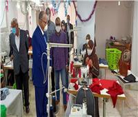 محافظ القاهرة يتفقد ورشة لتصنيع الملابس بالاسمرات