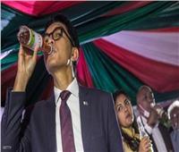 رئيس مدغشقر يعلن التوصل لعلاج يشفي من كورونا.. ويجربه بنفسه